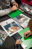 Παιδιά που παίζουν Lego στον πίνακα Στοκ Φωτογραφίες