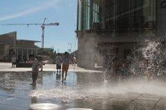 παιδιά που παίζουν Tung Chung στη λεωφόρο αγορών Στοκ Φωτογραφία