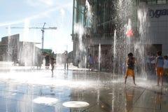 παιδιά που παίζουν Tung Chung στη λεωφόρο αγορών Στοκ φωτογραφίες με δικαίωμα ελεύθερης χρήσης