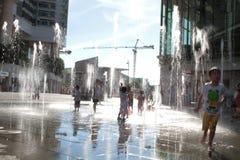 παιδιά που παίζουν Tung Chung στη λεωφόρο αγορών Στοκ Εικόνες