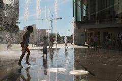 παιδιά που παίζουν Tung Chung στη λεωφόρο αγορών Στοκ φωτογραφία με δικαίωμα ελεύθερης χρήσης