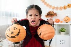 Παιδιά που παρουσιάζουν πρόσωπο έκφρασης φρίκης Στοκ Φωτογραφίες