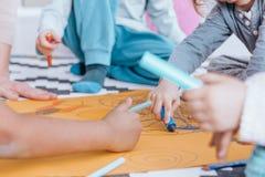 Παιδιά που σύρουν κατά τη διάρκεια των κατηγοριών τέχνης Στοκ Εικόνα