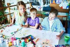 Παιδιά που σύρουν τις εικόνες στην κατηγορία τέχνης Στοκ φωτογραφία με δικαίωμα ελεύθερης χρήσης