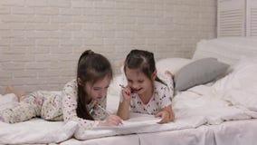 Παιδιά που σύρουν τις εικόνες στο κρεβάτι απόθεμα βίντεο