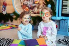παιδιά που σύρουν το watercolor δωματίων παιχνιδιού αδελφές δύο Η έννοια Χριστού Στοκ Φωτογραφίες