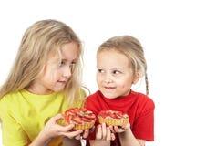 Παιδιά που τρώνε τα κέικ φρούτων στοκ φωτογραφίες με δικαίωμα ελεύθερης χρήσης