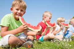 παιδιά που τρώνε το καρπούζι στοκ φωτογραφία