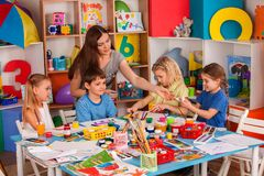 Παιδιά που χρωματίζουν και που σύρουν από κοινού Μάθημα τεχνών στο δημοτικό σχολείο Στοκ Εικόνες