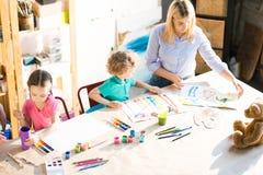 Παιδιά που χρωματίζουν κατά τη διάρκεια της κατηγορίας τέχνης Στοκ φωτογραφία με δικαίωμα ελεύθερης χρήσης
