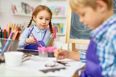 Παιδιά που χρωματίζουν στην κατηγορία τέχνης σχολείου ανάπτυξης Στοκ φωτογραφίες με δικαίωμα ελεύθερης χρήσης