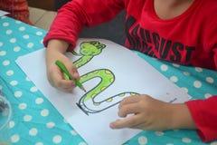 Παιδιά που χρωματίζουν την εικόνα στοκ φωτογραφίες με δικαίωμα ελεύθερης χρήσης
