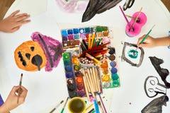 Παιδιά που χρωματίζουν τις εικόνες αποκριών στην κατηγορία τέχνης Στοκ εικόνες με δικαίωμα ελεύθερης χρήσης