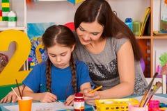 Παιδιά που χρωματίζουν το δάχτυλο easel Ομάδα παιδιών με το δάσκαλο στοκ φωτογραφίες