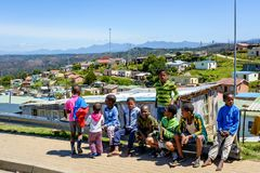 Παιδιά σε έναν δήμο Knysna κοντά στα σπίτια του Μαντέλας Στοκ Εικόνες