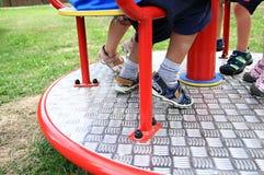 Παιδιά σε μια διασταύρωση κυκλικής κυκλοφορίας σε μια παιδική χαρά στοκ φωτογραφία με δικαίωμα ελεύθερης χρήσης