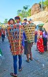 Παιδιά στα καλάθια, Kyaiktiyo, το Μιανμάρ Στοκ φωτογραφία με δικαίωμα ελεύθερης χρήσης