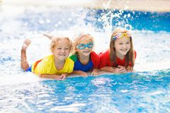 Παιδιά στην πισίνα Τα παιδιά κολυμπούν Οικογενειακή διασκέδαση στοκ εικόνες