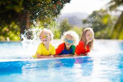 Παιδιά στην πισίνα Τα παιδιά κολυμπούν Οικογενειακή διασκέδαση στοκ εικόνα με δικαίωμα ελεύθερης χρήσης