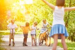 Παιδιά στη φυλή στο πάρκο στοκ εικόνες