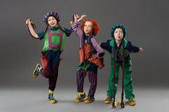 Παιδιά στο ζωηρόχρωμο μορφασμό κοστουμιών που εξετάζει τη κάμερα στοκ φωτογραφίες με δικαίωμα ελεύθερης χρήσης