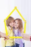 Παιδιά στο νέο σπίτι Στοκ φωτογραφία με δικαίωμα ελεύθερης χρήσης