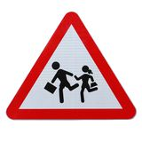 Παιδιά σχολείου που διασχίζουν το σημάδι (με το ψαλίδισμα του μονοπατιού) Στοκ φωτογραφία με δικαίωμα ελεύθερης χρήσης