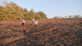 Παιδιά της Farmer που τρέχουν στον τομέα φιλμ μικρού μήκους
