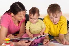 παιδιά το mom της Στοκ φωτογραφία με δικαίωμα ελεύθερης χρήσης