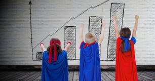 Παιδιά Superhero με το κενό υπόβαθρο δωματίων με το ιστόγραμμα επαυξητικό στον τοίχο στο δωμάτιο Στοκ εικόνες με δικαίωμα ελεύθερης χρήσης