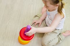 Παιδικά παιχνίδια με μια πυραμίδα στοκ εικόνες