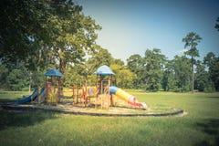 Παιδική χαρά κάτω από το μεθύστακα του δρύινου δέντρου Στοκ Φωτογραφία