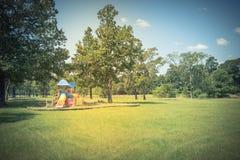 Παιδική χαρά κάτω από το μεθύστακα του δρύινου δέντρου Στοκ Εικόνες