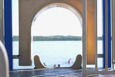 Παιδική χαρά και παραλία στη λίμνη Στοκ Εικόνες