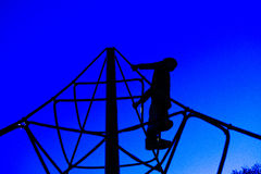 παιδική χαρά κατσικιών που παίζει silhouet Στοκ εικόνες με δικαίωμα ελεύθερης χρήσης