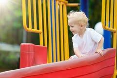 παιδική χαρά κατσικιών Τα παιδιά παίζουν στο θερινό πάρκο Στοκ φωτογραφίες με δικαίωμα ελεύθερης χρήσης
