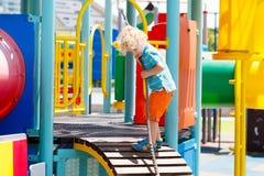 παιδική χαρά κατσικιών Τα παιδιά παίζουν στο θερινό πάρκο Στοκ Φωτογραφία