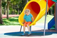 παιδική χαρά κατσικιών Τα παιδιά παίζουν στο θερινό πάρκο Στοκ Φωτογραφίες
