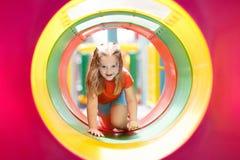 παιδική χαρά κατσικιών Τα παιδιά παίζουν στο θερινό πάρκο Στοκ Εικόνα