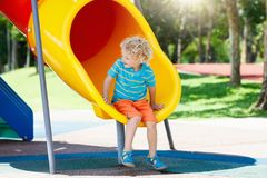 παιδική χαρά κατσικιών Τα παιδιά παίζουν στο θερινό πάρκο Στοκ εικόνες με δικαίωμα ελεύθερης χρήσης