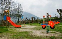 Παιδική χαρά κοντά στο νεκροταφείο μια βροχερή ημέρα νεφελώδης και με την ομίχλη στοκ φωτογραφία με δικαίωμα ελεύθερης χρήσης