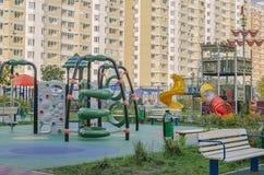 Παιδική χαρά παιδιών σε μια κατοικήσιμη περιοχή στο υπόβαθρο στοκ φωτογραφία με δικαίωμα ελεύθερης χρήσης
