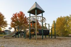 Παιδική χαρά παιδιών στο πάρκο γειτονιάς στην εποχή πτώσης στοκ εικόνα
