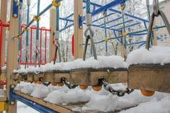 Παιδική χαρά παιδιών ` s το χειμώνα Παιδική χαρά στο χιόνι, rop Στοκ Φωτογραφίες