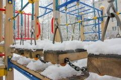 Παιδική χαρά παιδιών ` s το χειμώνα Παιδική χαρά στο χιόνι, rop Στοκ Φωτογραφία