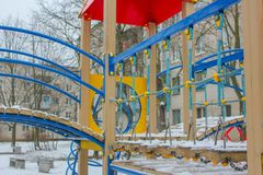 Παιδική χαρά παιδιών ` s το χειμώνα Παιδική χαρά στο χιόνι, rop Στοκ Εικόνες