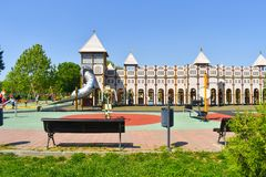 Παιδική χαρά του Castle για τα παιδιά στο κεντρικό πάρκο της πόλης Όμορφη ιδέα παιδικών χαρών παλατιών για τα παίζοντας παιδιά με στοκ φωτογραφίες με δικαίωμα ελεύθερης χρήσης