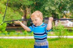 Παιχνίδια αγοριών με μια πετοσφαίριση καθαρή Στοκ Εικόνες