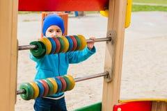 Παιχνίδια αγοριών στην παιδική χαρά Στοκ Φωτογραφία