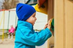 Παιχνίδια αγοριών στην παιδική χαρά Στοκ φωτογραφία με δικαίωμα ελεύθερης χρήσης